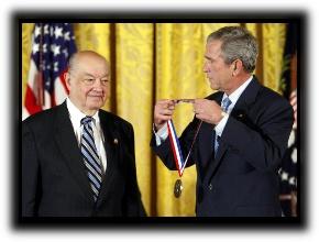 El presidente George Bush le entregó la medalla nacional de Estados Unidos